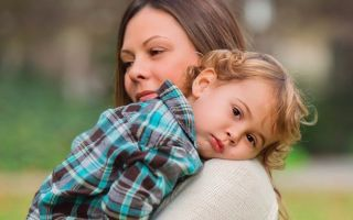 Можно ли гулять с ребенком на улице при кашле: почему он усиливается на улице, при каких симптомах не стоит выходить гулять