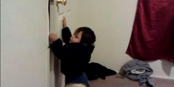 Ребенок прищемил палец дверью, ящиком и он опух: что делать, как лечить