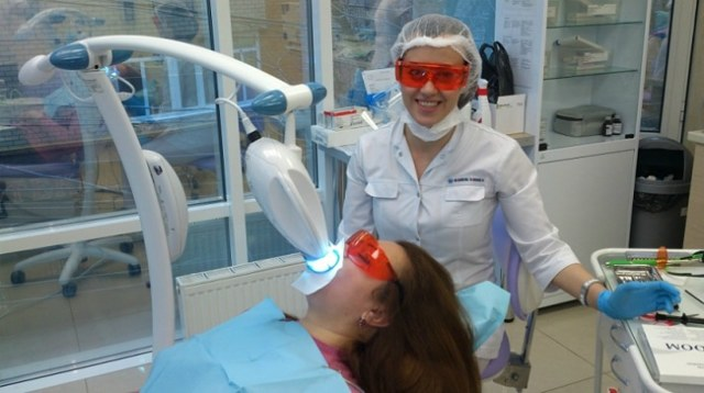 Профессиональное отбеливание зубов: виды, показания, особенности проведения гигиенической процедуры в домашних условиях