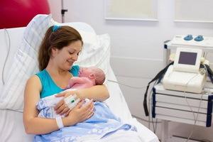 Самостоятельные роды вне стационара: что делать, первая помощь, как принимать роды