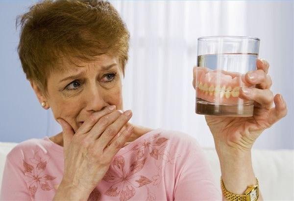 Зубной протез: уход за съемными и несъемными протезами, хранение