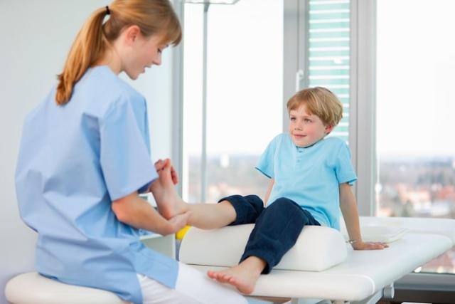 Почему ребенок ходит на носочках в 1 год и в какому врачу обратиться