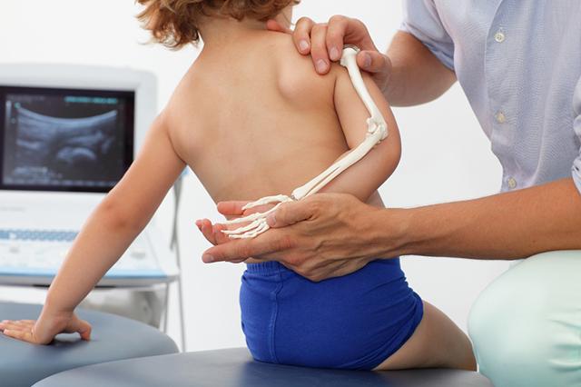 К кому обратиться, если беспокоит форма тела ребенка?