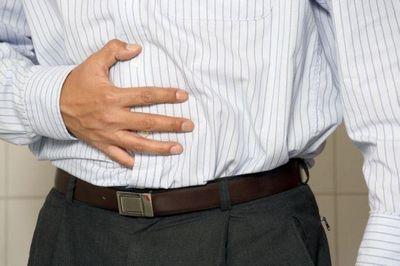 Болит в области спины под ребром, к какому врачу обратиться?