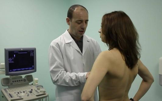 Уплотнение под мышкой у женщин: к какому врачу идти