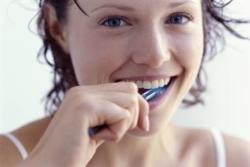 Почему темнеют зубы у взрослых: причины потемнения зубной эмали и методы отбеливания зубов