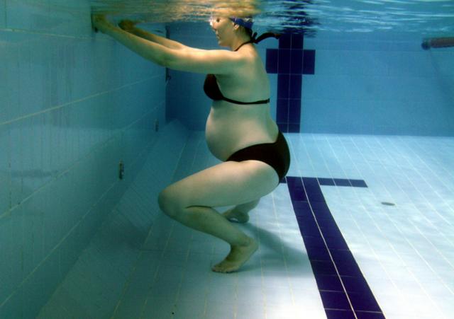 Плавание в бассейне при беременности на ранних сроках, во 2, 3 триместрах: польза и вред