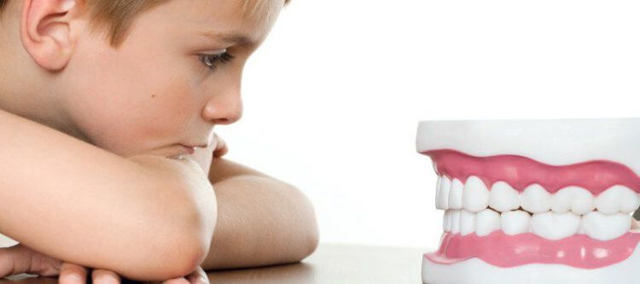 Почему ребенок скрипит зубами: возможные причины скрежета зубами ночью