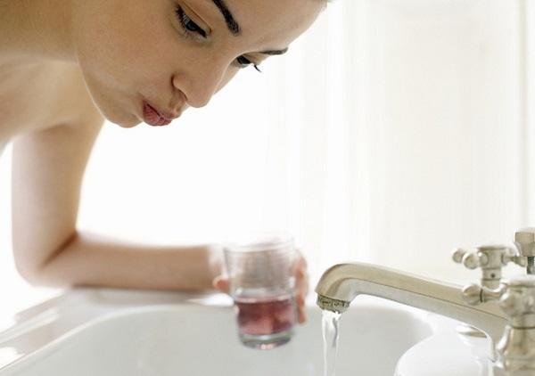 Чем полоскать горло при ангине: препараты для полоскания горла при ангине и правила лечения тонзиллита в домашних условиях.