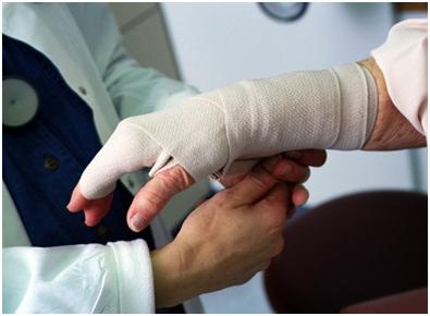 Травмы кисти и лучезапястного сустава: первая помощь, наложение шины, повязки, обработка ран